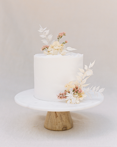 White buttercream cake with dried flowers