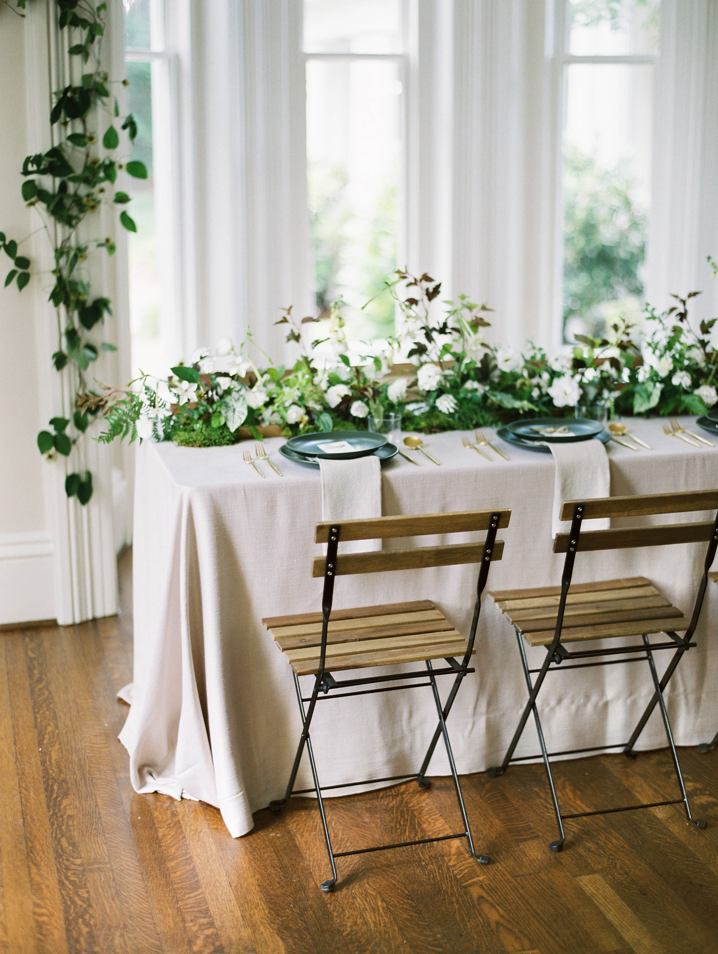 Modern botanical tablescabe with floral table runner